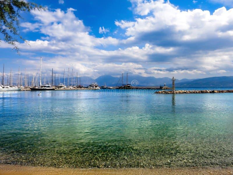 Порт Akti Atlantidos в Крите Греции с кристально ясной водой стоковое фото