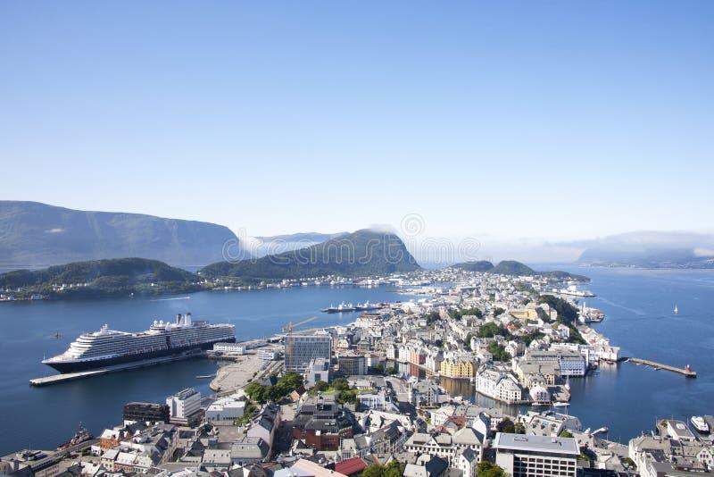 Порт Alesund Норвегии с туристическим судном стоковая фотография rf