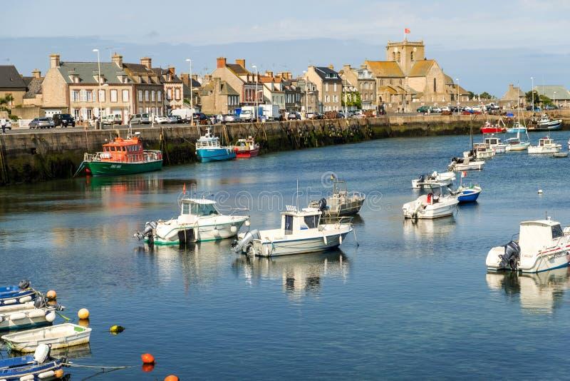 Порт Barfleur выстроен в ряд среди самых красивых деревень во Франции стоковые изображения rf