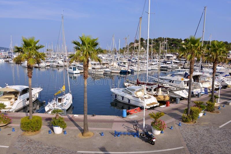 Порт Cavalaire-sur-Mer в Франции стоковые фото