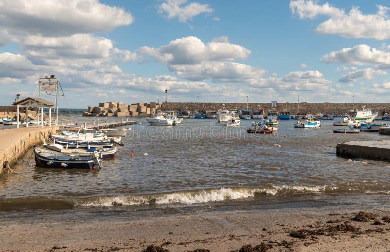 Порт delle Femmine Isola или остров женщин с рыбацкими лодками и рыболовами на работе, провинции Палермо, Сицилии, Италии стоковые фотографии rf
