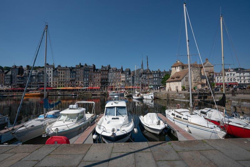 Порт Honfleur, Франции со шлюпками и средневековыми таунхаусами в старой гавани городка стоковое фото