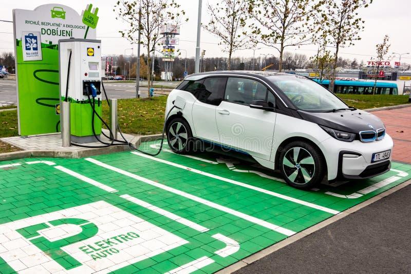 Поручать автомобиль BMW i3 электрический с электричеством стоковое изображение