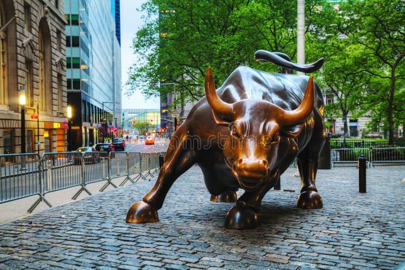 Поручая скульптура Bull (лужайки для игры в шары Bull) в Нью-Йорке стоковое изображение