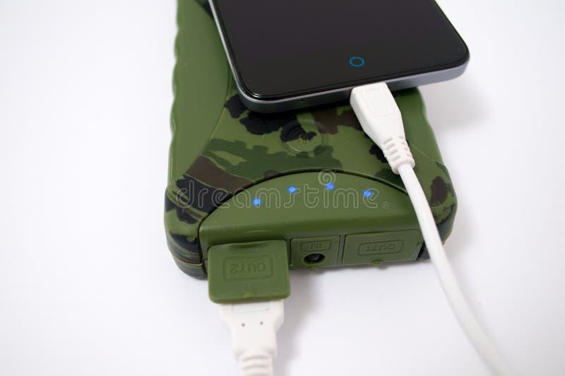 Поручите ваш телефон с помощью пакетам банка военной власти стоковые изображения