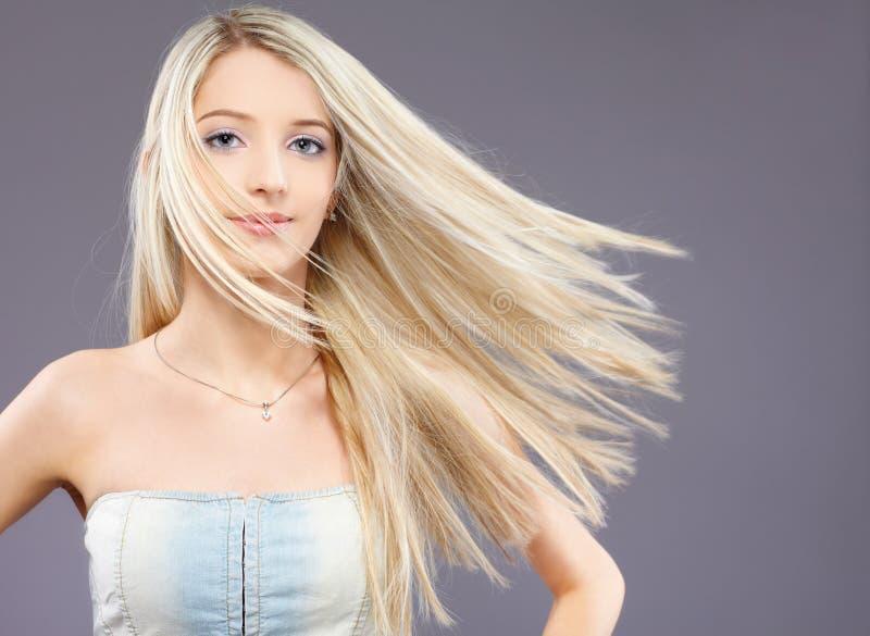 порхая волосы девушки стоковая фотография rf