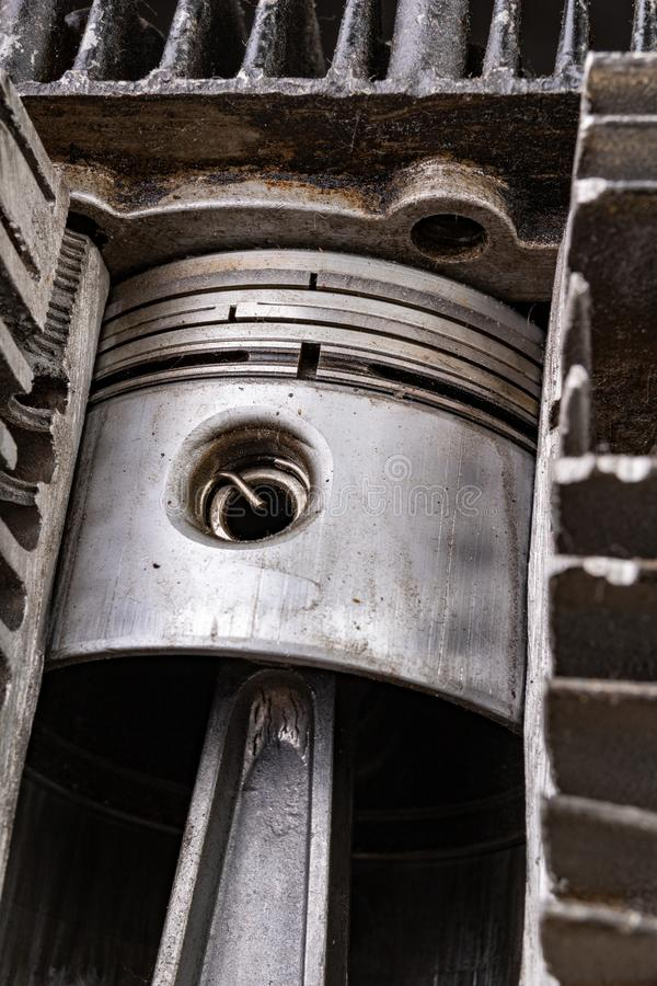 Поршень двигателя внутреннего сгорания в отрезанном алюминиевом цилиндре Внутренний взгляд двигателя внутреннего сгорания стоковые изображения rf