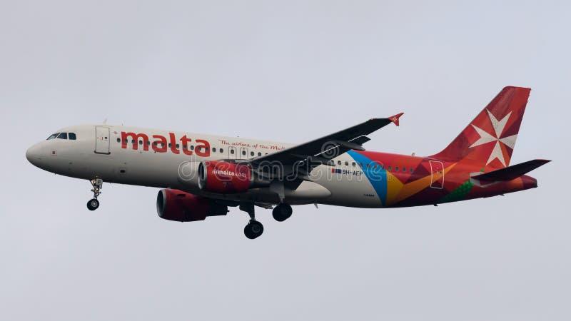 Посадка аэробуса A320 авиакомпаний Мальты стоковые фото