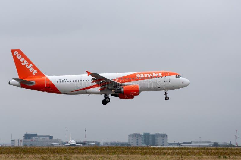 Посадка аэробуса A320-214 EasyJet на Париже CDG стоковое фото