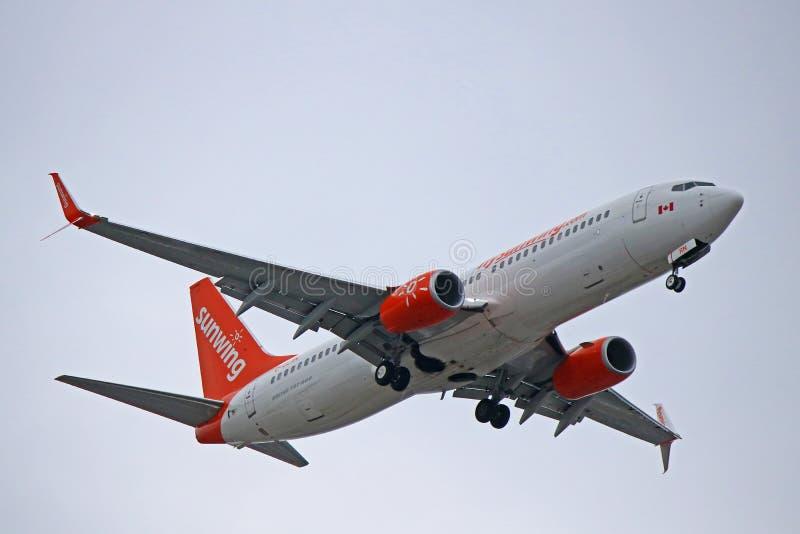 Посадка Боинга 737-800 авиакомпаний Sunwing в Торонто стоковые изображения rf