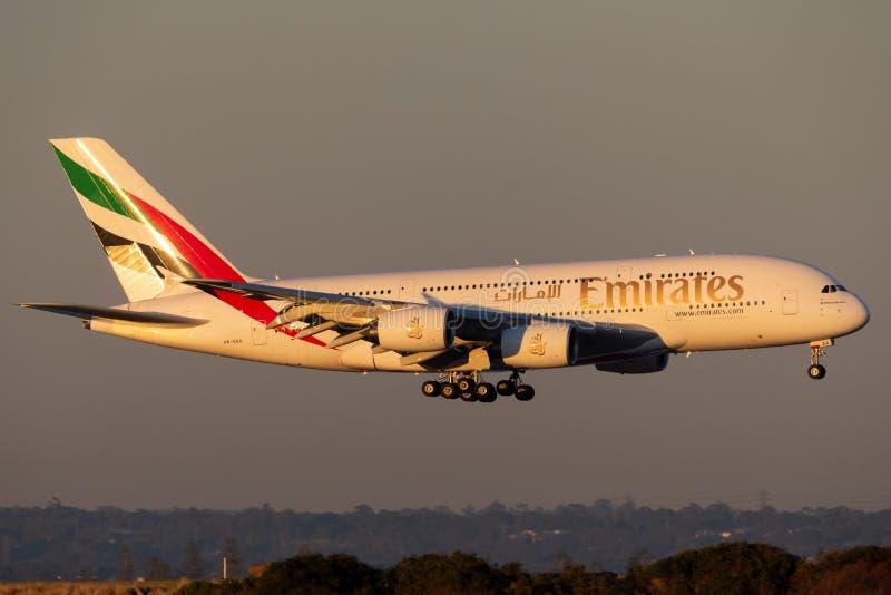 Посадка пассажирских самолетов аэробуса A380 4 эмиратов engined большая в аэропорте Сиднея стоковое фото rf