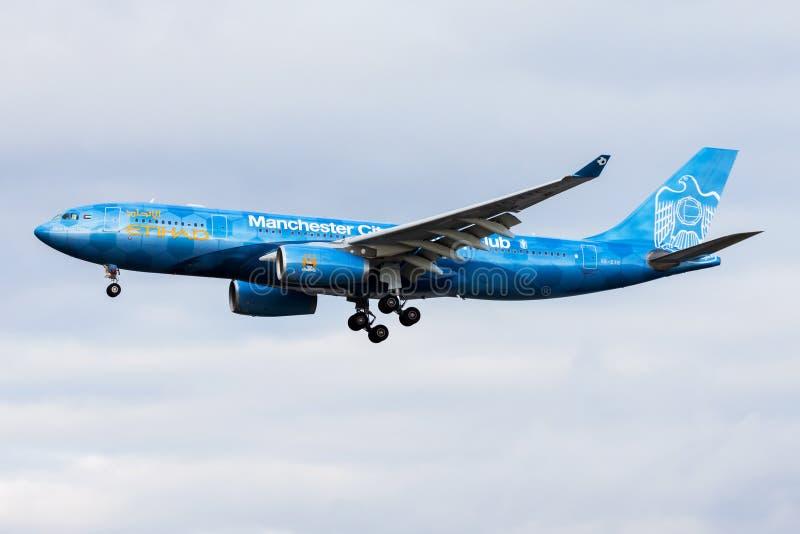 Посадка пассажирского самолета аэробуса A330-200 A6-EYE ливреи Etihad Airways Manchester City особенная в аэропорте Франкфурта стоковые фотографии rf