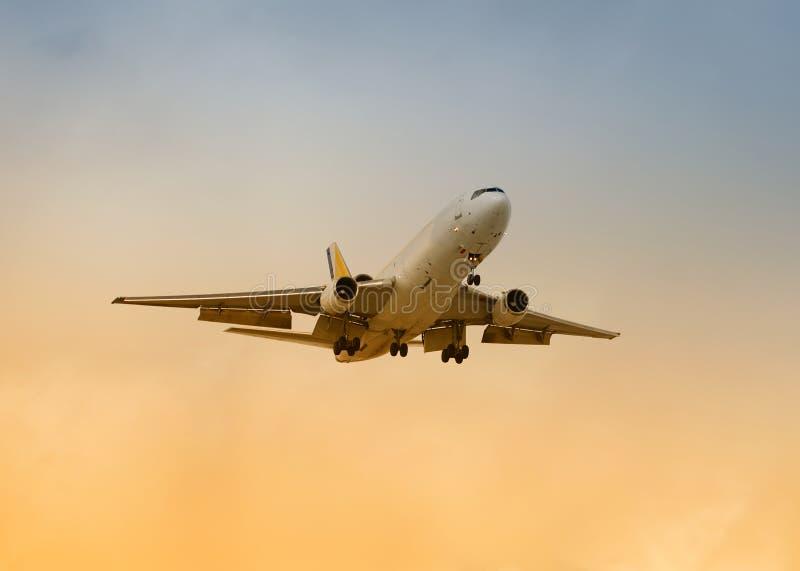 посадка реактивного грузового самолета стоковое изображение