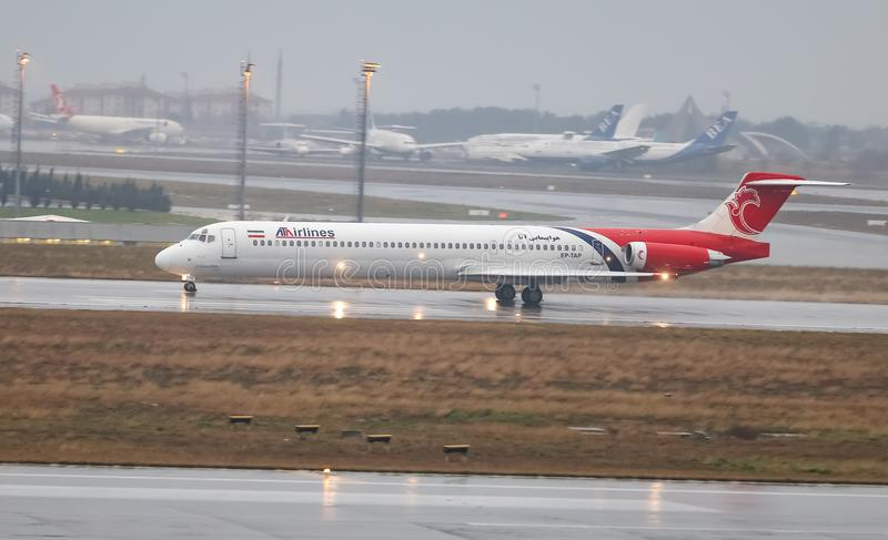 Посадка самолета к авиапорту стоковые фото