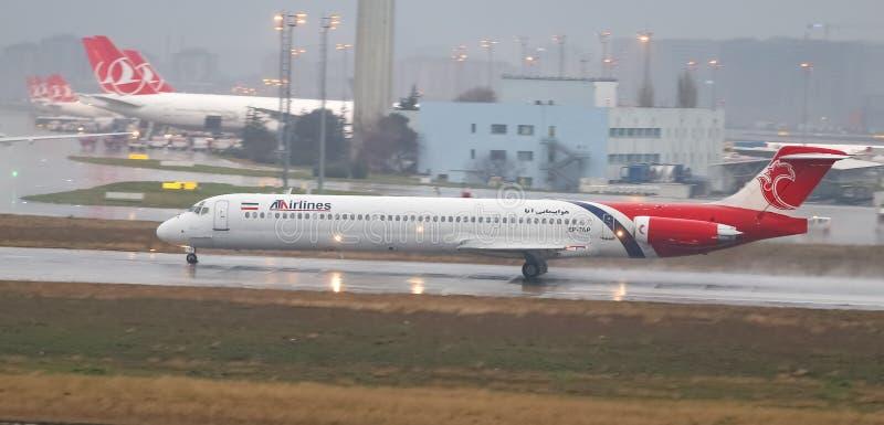 Посадка самолета к авиапорту стоковые изображения rf