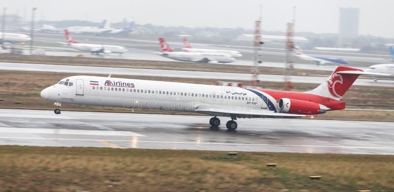Посадка самолета к авиапорту стоковые изображения