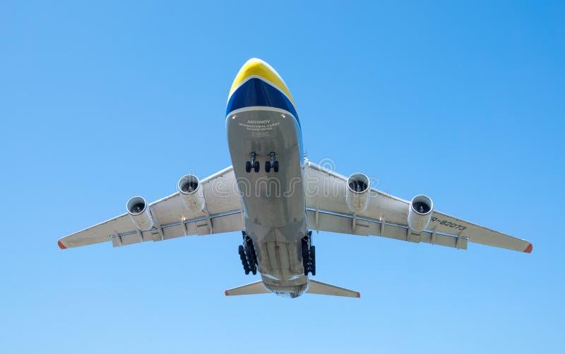 Посадка транспортера груза воздушных судн An-124 Ruslan украинская в аэропорте Gostomel в Киеве в аэропорте Gostomel в Киеве стоковая фотография