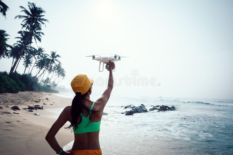 Посадка фотографа женщины или принимать трутня стоковое фото