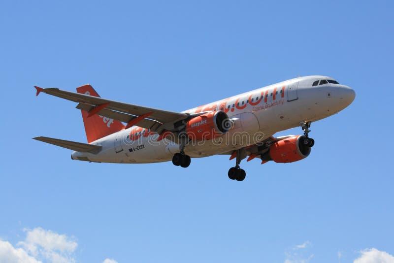 посадка easyjet авиалайнера стоковое изображение