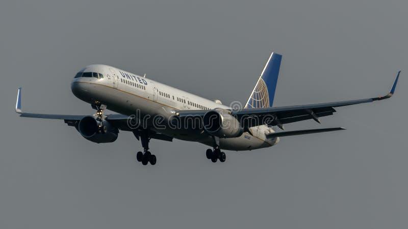 Посадка United Airlines Боинга 757 стоковая фотография rf