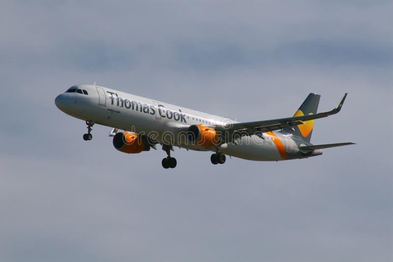 Посадка аэробуса A321 авиакомпаний кашевара Томаса стоковая фотография