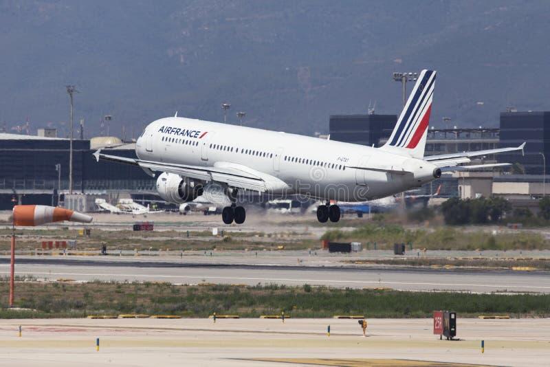Посадка аэробуса A321 Air France на Барселоне стоковые фото