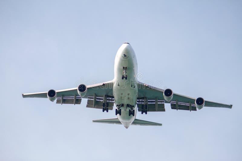Посадка Боинга 747-400F стоковое фото