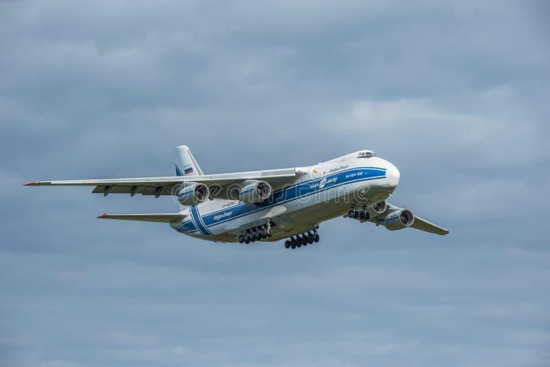 Посадка большого авиалайнера груза стоковое фото