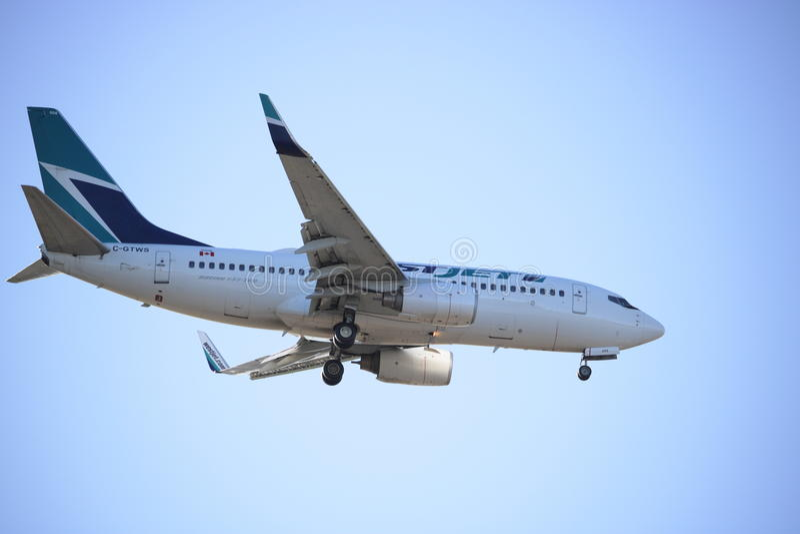 Посадка пассажирского самолета Westjet стоковое фото rf