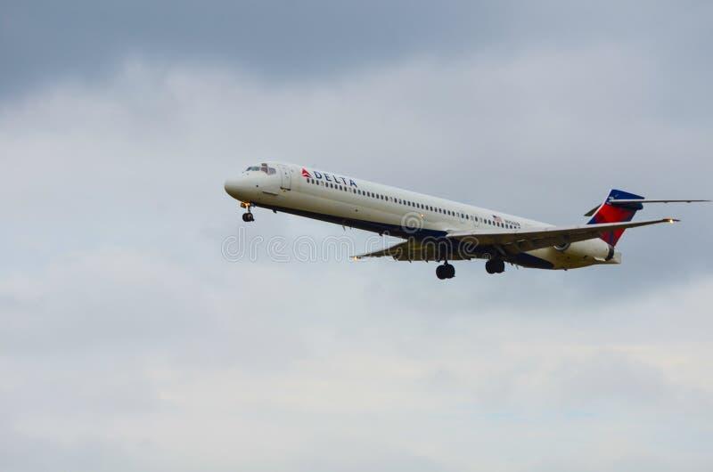 Посадка самолета (авиалинии перепада) стоковое фото