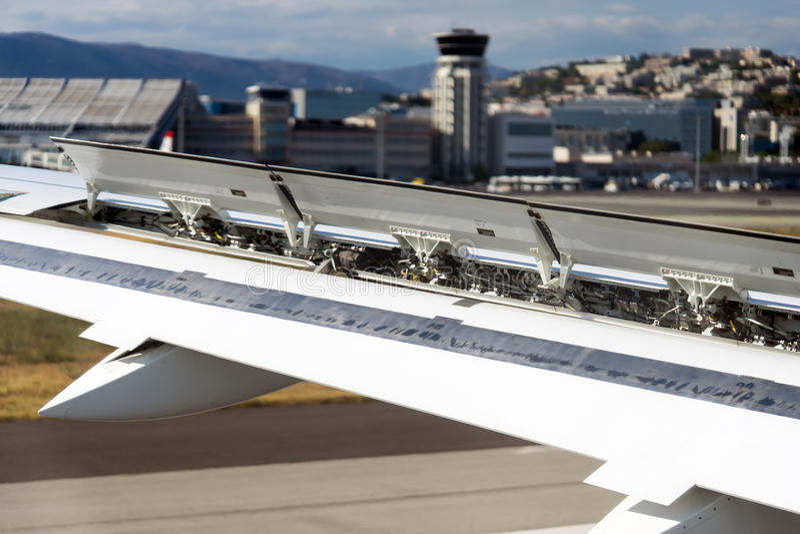 Посадка самолета в щитках крыла авиапорта в действии стоковые изображения rf
