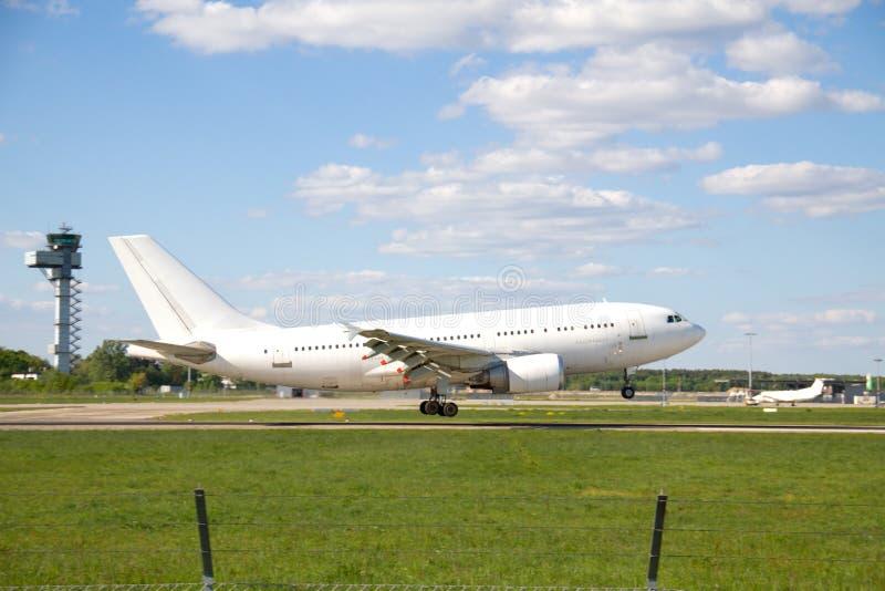 Посадка самолета на взлётно-посадочная дорожка стоковая фотография