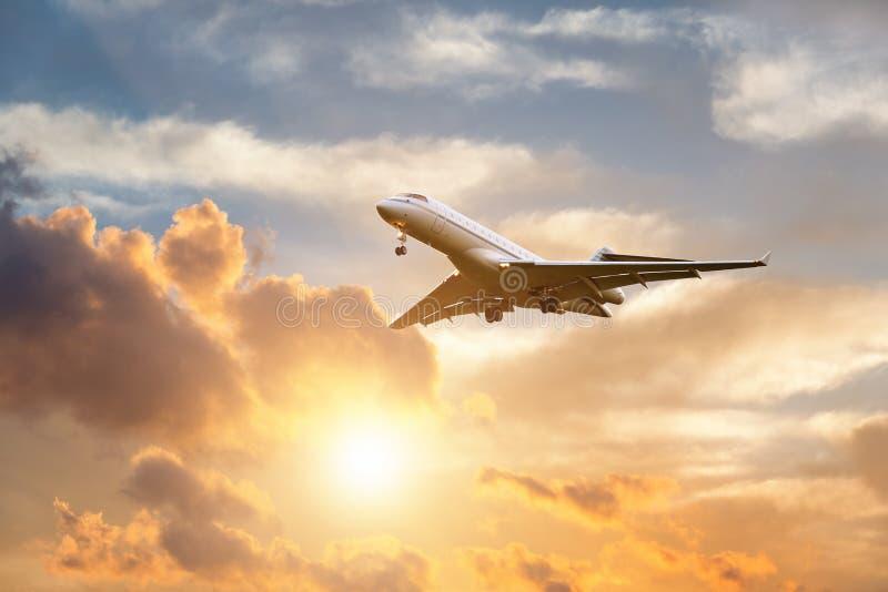 Посадка самолета на восходе солнца стоковое фото