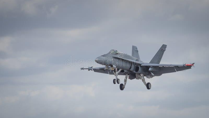 Посадка самолета реактивного истребителя на взлётно-посадочная дорожка стоковые фотографии rf