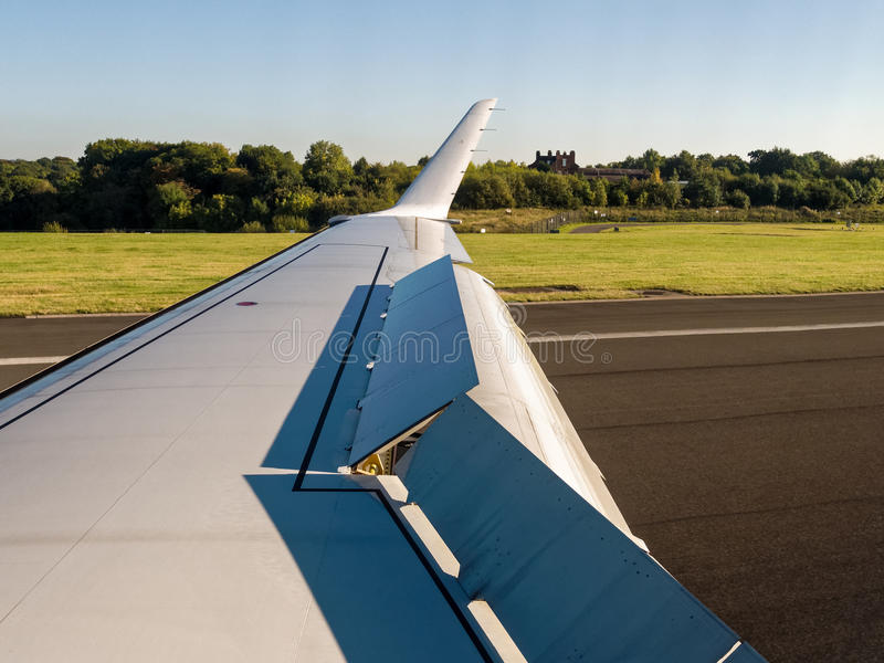 Посадка самолета с поднятым Wingflaps стоковое фото rf