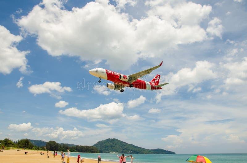 Посадка самолета Air Asia на международном аэропорте Пхукета стоковое изображение