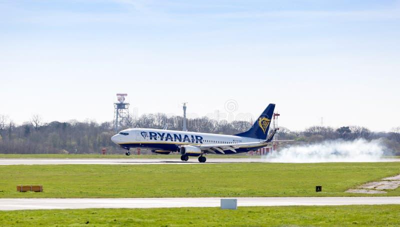 Посадка самолета Ryanair 737 на манчестерском аэропорте Великобритании стоковая фотография