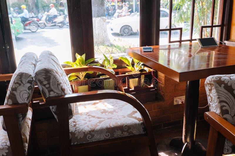 Посадочные места и окно кафа в Ханое Вьетнаме стоковые фото