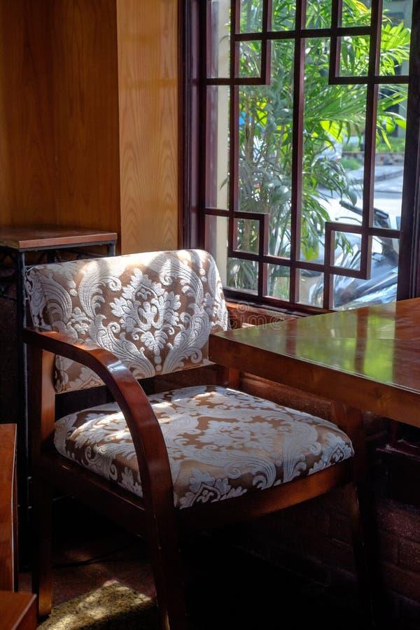 Посадочные места и окно кафа в Ханое Вьетнаме стоковые изображения rf