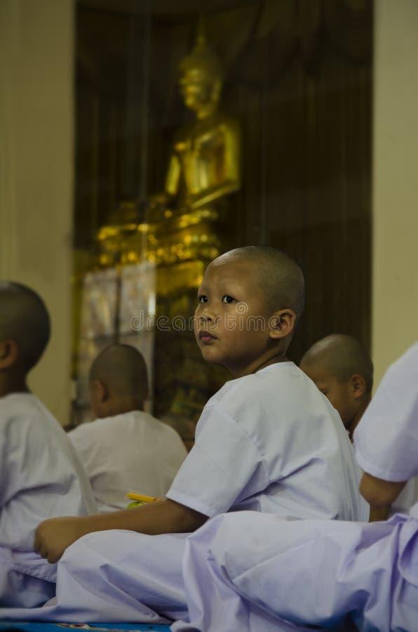 Посвящение буддийского мальчика ждать стоковые фотографии rf