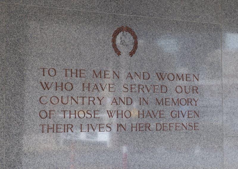 Посвящение на стене около входа к аудитории мемориала Далласа стоковое изображение