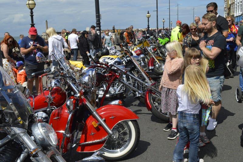 Посетители восхищают мотоциклы на езде велосипеда встряски Margate ежегодной стоковая фотография