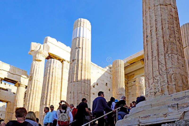 Посетители входя в Propylaea на акрополе, Афина, Греции стоковые изображения