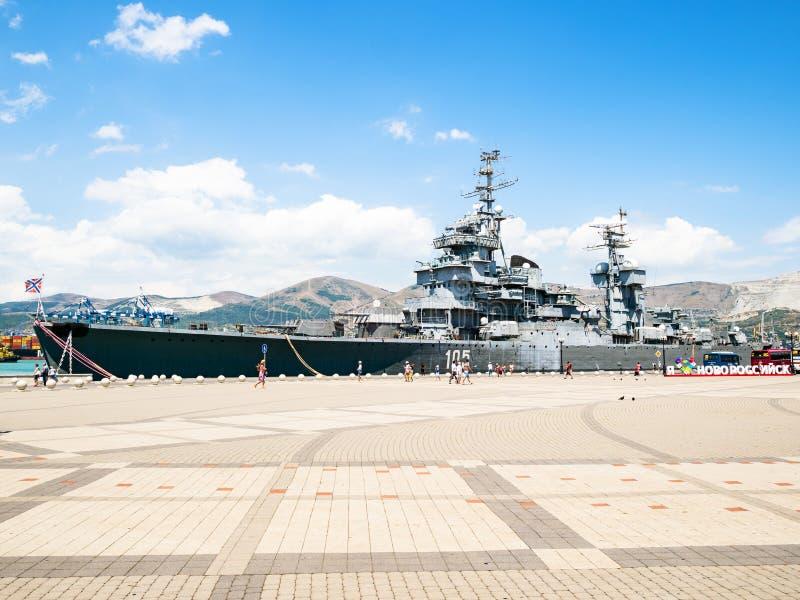Посетители идут к мемориальному крейсеру Mikhail Kutuzov стоковые изображения rf