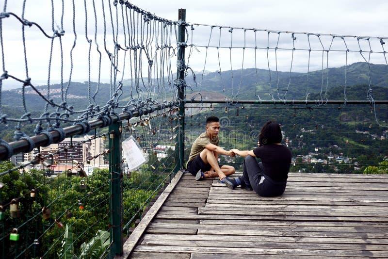 Посетители и туристы наслаждаются взглядом и прохладным ветерком вверху палуба просмотра 360 градусов стоковая фотография