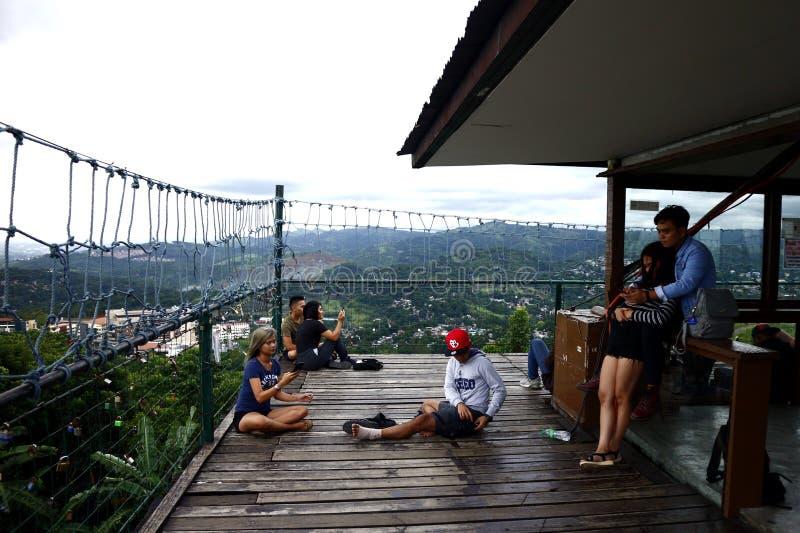 Посетители и туристы наслаждаются взглядом и прохладным ветерком вверху палуба просмотра 360 градусов стоковое изображение rf