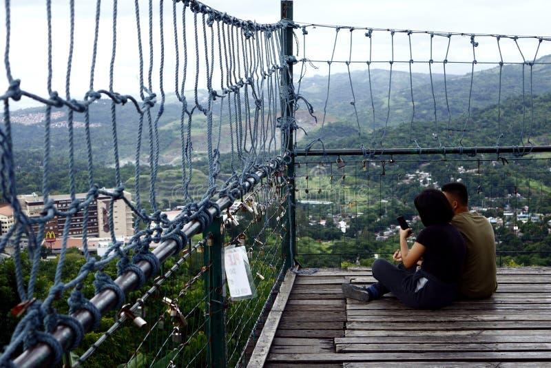 Посетители и туристы наслаждаются взглядом и прохладным ветерком вверху палуба просмотра 360 градусов стоковые фотографии rf