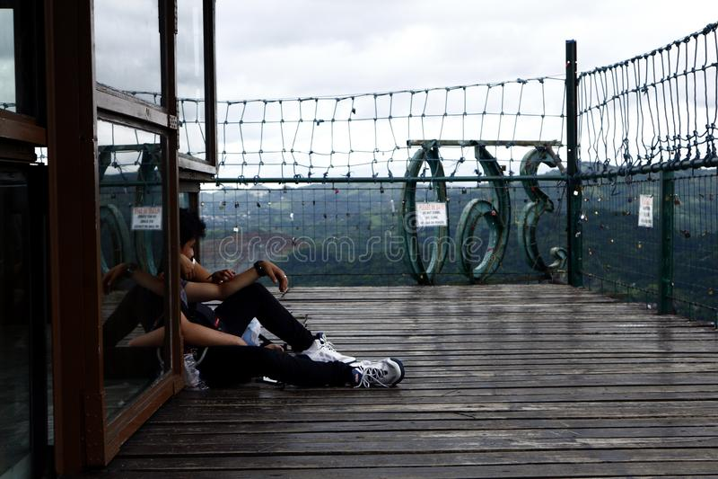 Посетители и туристы наслаждаются взглядом и прохладным ветерком вверху палуба просмотра 360 градусов стоковые фото
