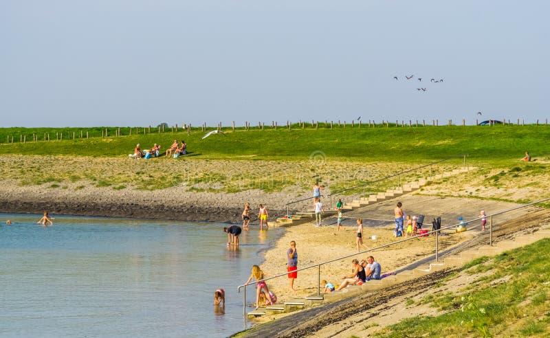 Посетители diepsluis во время сезона лета, популярного пляжа bergse в Tholen, Oesterdam, Нидерланд, 22-ое апреля 2019 стоковые фотографии rf
