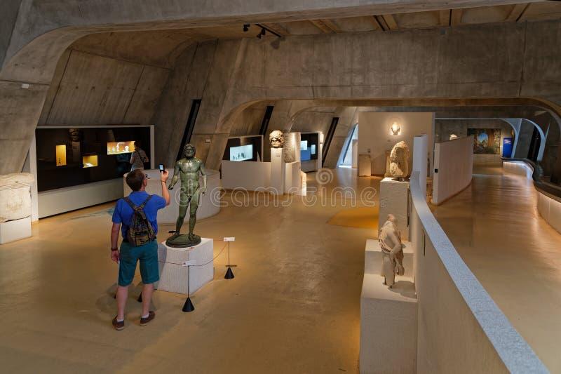 Посетитель внутри Lugdunum, римский музей Лиона стоковые фото
